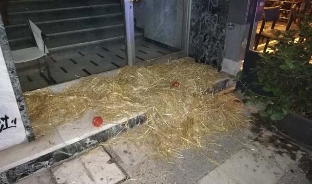 Πέταξαν σανό και… ντομάτες στα γραφεία του ΣΥΡΙΖΑ στη Λάρισα