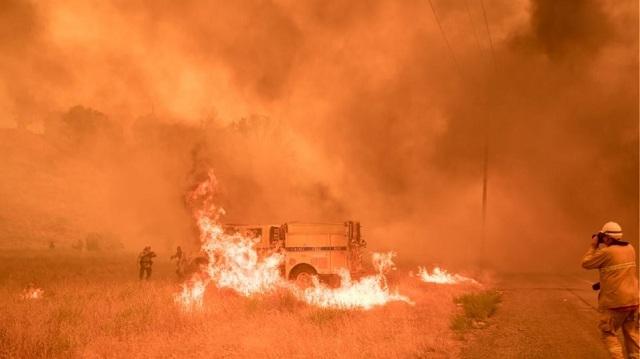 Καλιφόρνια: Καίγονται σπίτια από μεγάλη πυρκαγιά. Κάτοικοι απομακρύνονται από τις εστίες τους
