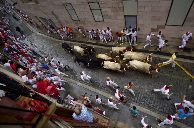 Ξεκίνησε η φιέστα με τους ταύρους - Πέντε τραυματίες, ο ένας από κέρατα