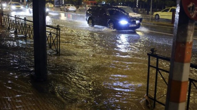 Εγκλωβισμένοι οδηγοί στη Γλυφάδα λόγω της έντονης βροχόπτωσης
