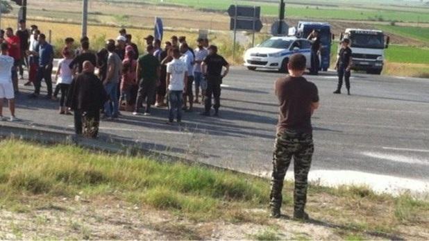 Πρόσφυγες διέκοψαν την κυκλοφορία στην εθνική οδό Λάρισας-Τρικάλων