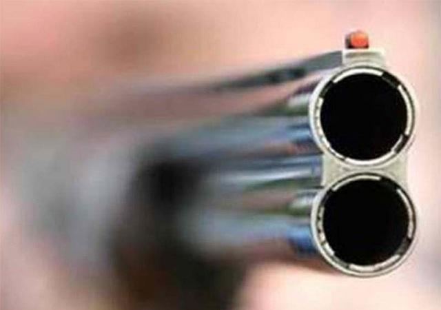 Απείλησε τους γονείς και τη σύζυγό του με όπλο και εκρηκτικά