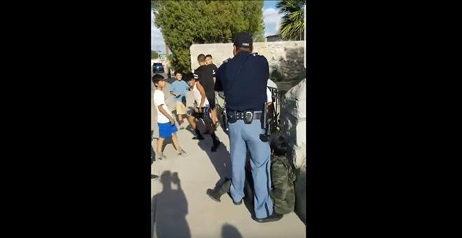 ΗΠΑ: Έρευνα για αστυνομικό που έβγαλε πιστόλι κατά… παιδιών [βίντεο]