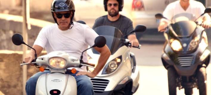 Σοβαρό τροχαίο για τον Τζορτζ Κλούνεϊ: Τράκαρε με τη μηχανή του στη Σαρδηνία
