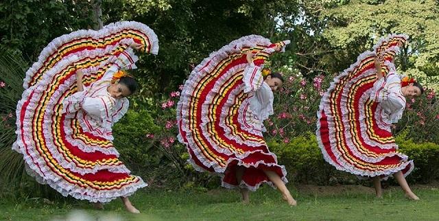 Παρουσίαση παραδοσιακών χορευτικών συγκροτημάτων στην παραλία Βόλου