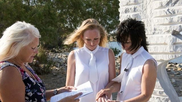 Στην παραλία Ερεσού ο πρώτος επίσημος γάμος μεταξύ δύο γυναικών
