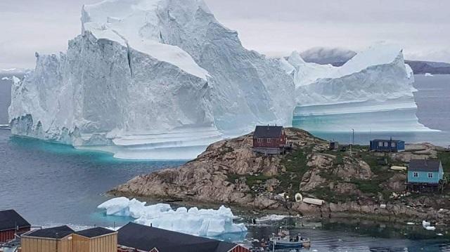 Παγόβουνο σε μέγεθος λόφου απειλεί χωριό στη Γροιλανδία