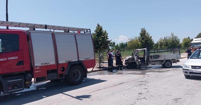 Φορτηγάκι «λαμπάδιασε» εν κινήσει στη Λάρισα [εικόνες]
