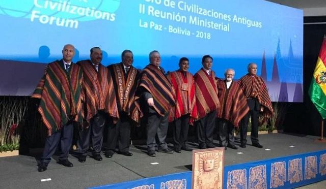 Ο Κοτζιάς στη Βολιβία με… παραδοσιακή φορεσιά