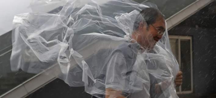 Καταστροφές και χάος από τις σφοδρές βροχοπτώσεις στην Κίνα. Χιλιάδες εγκατέλειψαν τα σπίτια τους