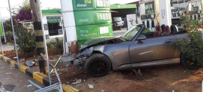 Αυτοκίνητο «μπούκαρε» σε βενζινάδικο [εικόνες]