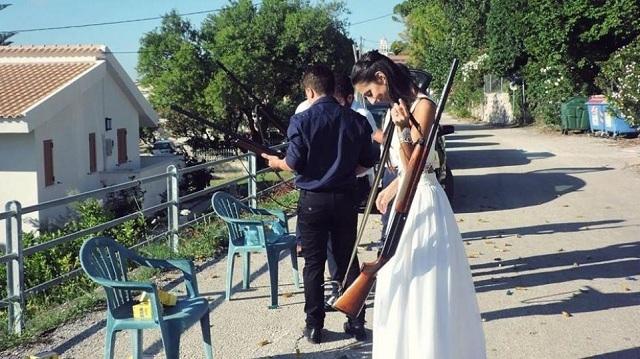 Νύφη πήγε στο γάμο της με... καραμπίνα!