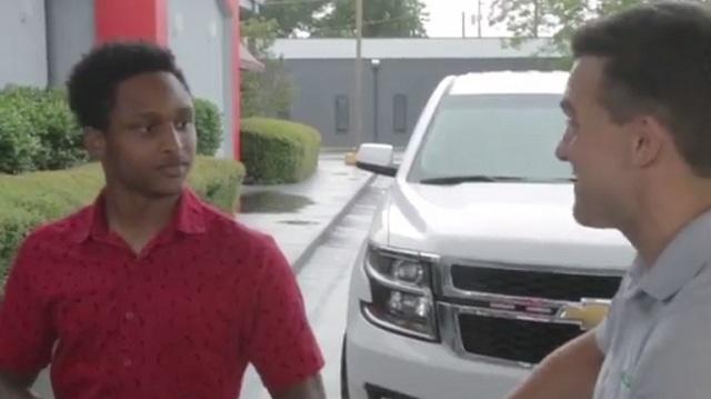 Φοιτητής περπάτησε 32 χλμ. για τη δουλειά και το αφεντικό τού χάρισε αυτοκίνητο