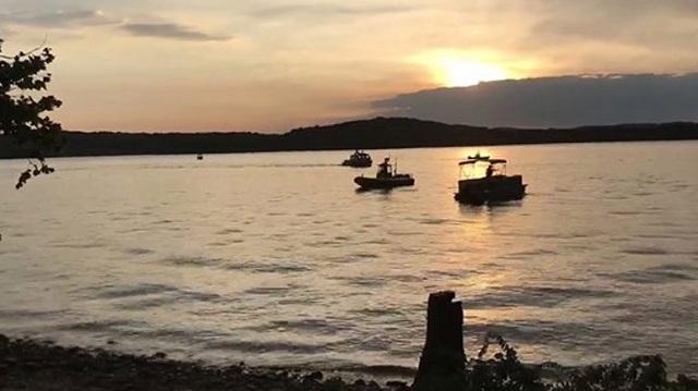 Τουλάχιστον οκτώ νεκροί όταν αμφίβιο όχημα ανατράπηκε και βυθίστηκε σε λίμνη στο Μιζούρι