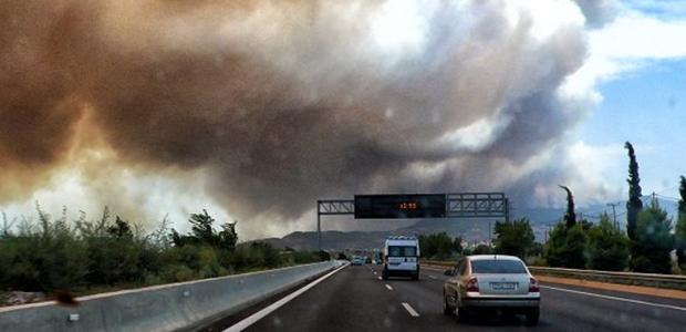 Κινέτα : Σε πύρινο κλοιό σπίτια και εθνική οδός, στη θάλασσα σβήνει η φωτιά