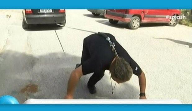 Eλαιοχρωματιστής στη Λάρισα τραβά αυτοκίνητο με τα...μαλλιά του! [βίντεο]