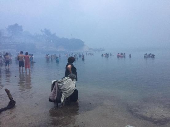 Πανικόβλητος ο κόσμος μπαίνει στη θάλασσα της Νέας Μάκρης για να γλιτώσει από τη φωτιά
