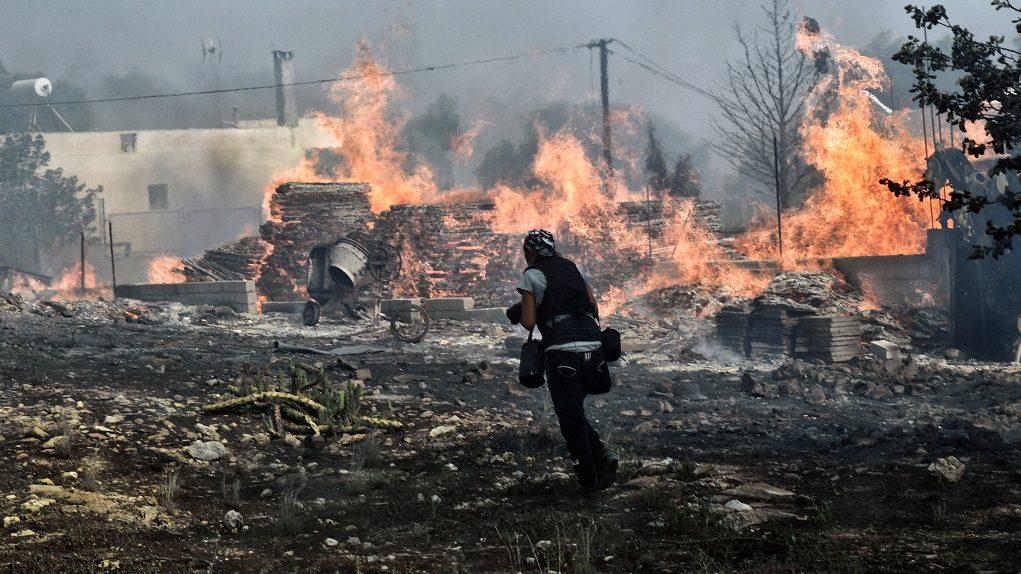 Μικρή ύφεση στο μέτωπο πυρκαγιάς στην Κινέτα – Κάηκε το πευκοδάσος