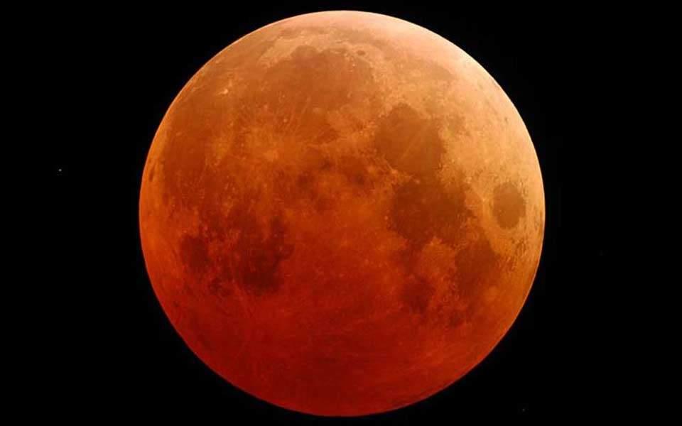 Ερχεται το «ματωμένο φεγγάρι»: Η μεγαλύτερη ολική έκλειψη Σελήνης του 21ου αιώνα
