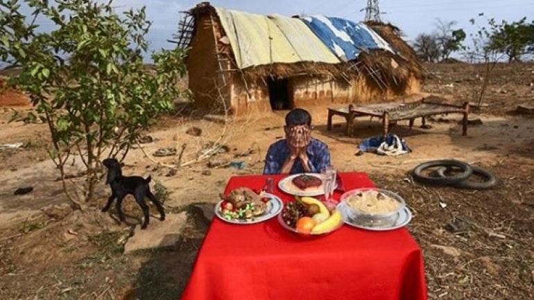 Αντιδράσεις για φωτογραφίες με φτωχούς χωρικούς να ποζάρουν μπροστά από τραπέζια γεμάτα φαγητό