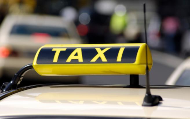 Οδηγός ταξί εγκατέλειψε τραυματισμένο πελάτη του