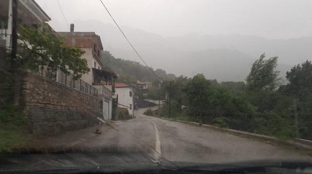 Μπλακ άουτ σε χωριά των Τρικάλων, χείμαρροι οι δρόμοι [βίντεο]