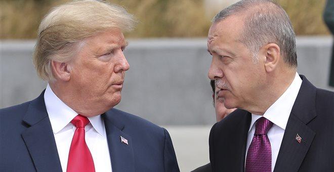 Ο Τραμπ απειλεί την Τουρκία με «μεγάλες κυρώσεις» λόγω του πάστορα Μπράνσον
