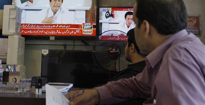 Πακιστάν: Ο Ιμράν Χαν δήλωσε νικητής στις εκλογές εν μέσω έντασης