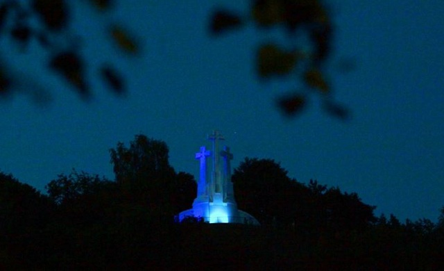 Στα χρώματα της γαλανόλευκης το μνημείο -σύμβολο της Λιθουανίας