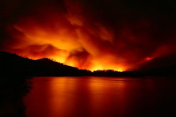 Στο έλεος της πυρκαγιάς η Καλιφόρνια: Δύο νεκροί, 8 τραυματίες, 38.000 «άστεγοι»