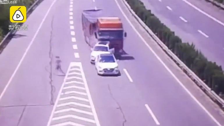 Φορτηγό παρασύρει δύο οχήματα στη μέση της εθνικής οδού
