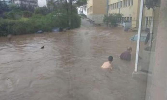 Φωτογραφία σοκ από τις πλημμύρες - Για ...μπάνιο έξω από το «Σωτηρία»