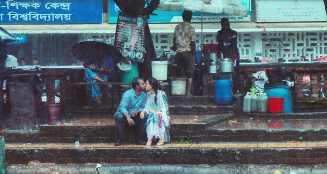 Φιλί στη βροχή: Η φωτογραφία που ξεσήκωσε θύελλα αντιδράσεων στο Μπαγκλαντές