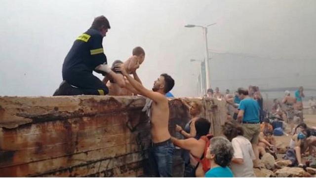 Συγκλονιστικές εικόνες από το Μάτι: Διασώστες απομακρύνουν τραυματισμένα παιδιά