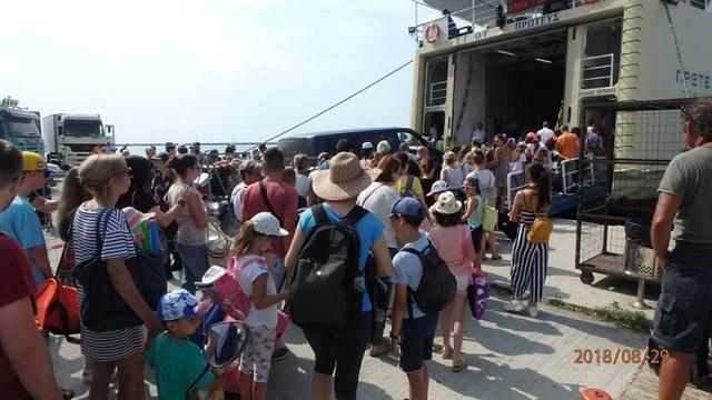 Εθελοντική προσφορά στους επιβάτες των πλοίων στο Λιμάνι του Βόλου