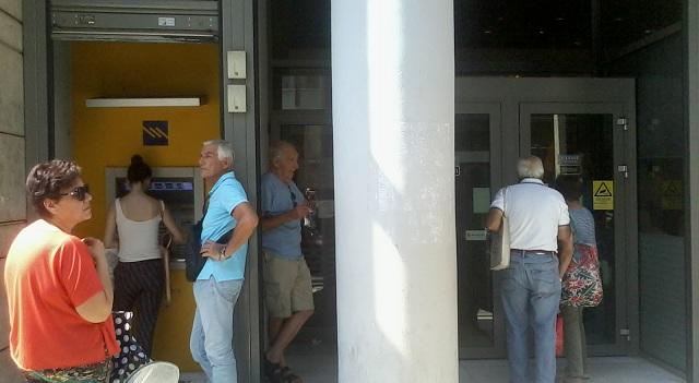 Κοσμοσυρροή στις Τράπεζες για την πληρωμή συντάξεων, μισθών