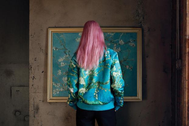 Σνίκερς και Τ-Shirt με σχέδια του Βαν Γκογκ (Photos/Video)