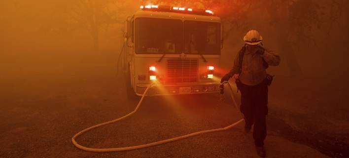Μάχη με τις φλόγες στην Ισπανία: Καίγεται το περίφημο φυσικό πάρκο Ελ Εστρέχο