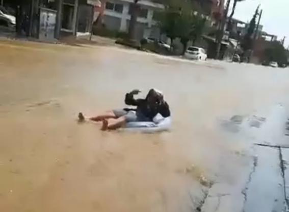 Μενίδι: Βγήκε με το στρώμα θαλάσσης στους πλημμυρισμένους δρόμους (Videos)