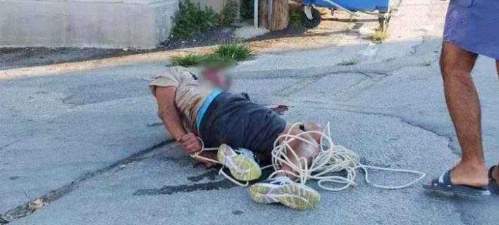 Αφόπλισαν ληστή, τον έδειραν και τον έδεσαν με καλώδια στον δρόμο [εικόνες]