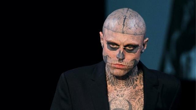 Νεκρό διάσημο μοντέλο με τα δεκάδες τατουάζ που τον έκαναν να μοιάζει με σκελετό