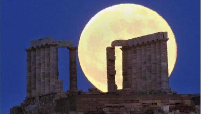 Μνημεία «ανοίγουν» τις πόρτες τους στο φως της μαγευτικής πανσελήνου