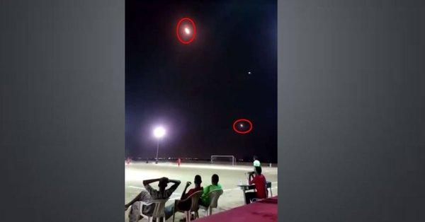 Παίζουν μπάλα την ώρα που ρουκέτες περνούν πάνω από τα κεφάλια τους (video)