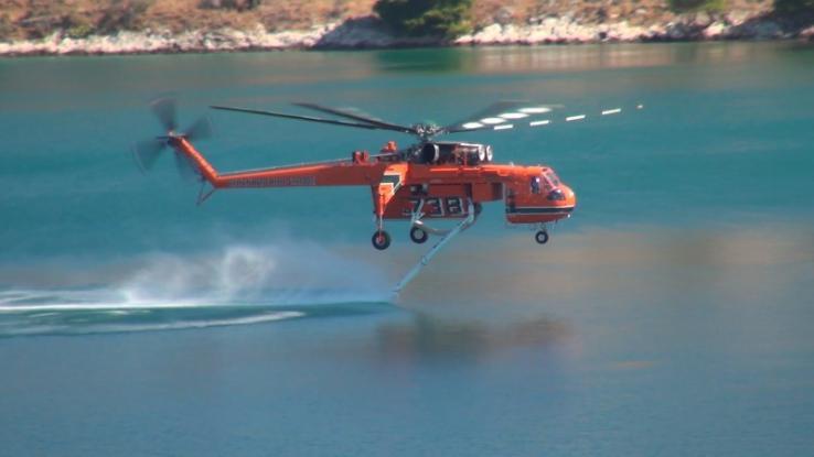 Η φωτιά στην Κινέττα μέσα από το πυροσβεστικό ελικόπτερο (Video)