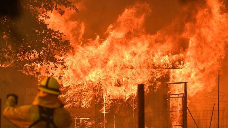 Γιγάντιες πυρκαγιές συνεχίζουν να κατακαίνε την Καλιφόρνια