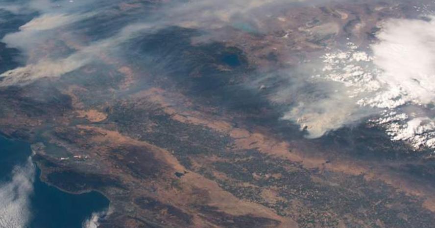 Εντυπωσιακές εικόνες της καταστροφικής πυρκαγιάς στην Καλιφόρνια από το διάστημα
