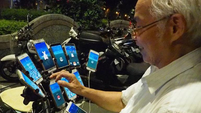 Ηλικιωμένος από την Ταϊβάν χρησιμοποιεί 11 τηλέφωνα για να παίξει Pokemon GO
