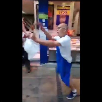 Έξαλλος χασάπης επιτέθηκε με μπριζόλες σε βίγκαν διαδηλωτές (Video)