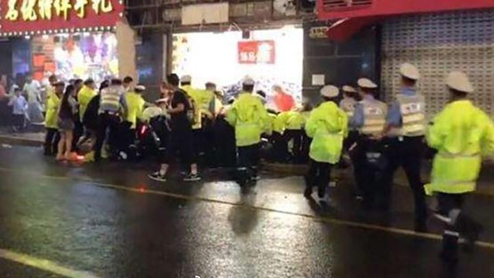 Σανγκάη: Πινακίδα καταστήματος καταπλάκωσε περαστικούς - ΒΙΝΤΕΟ