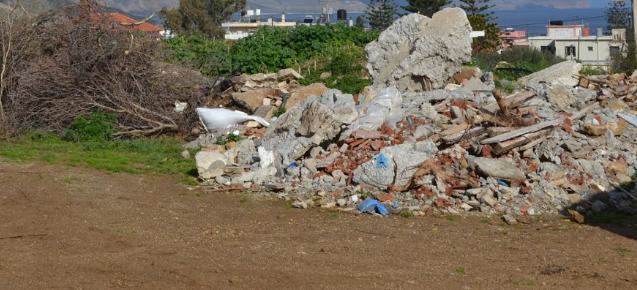 Δημοτικά οικόπεδα μετατρέπονται σε άτυπες χωματερές